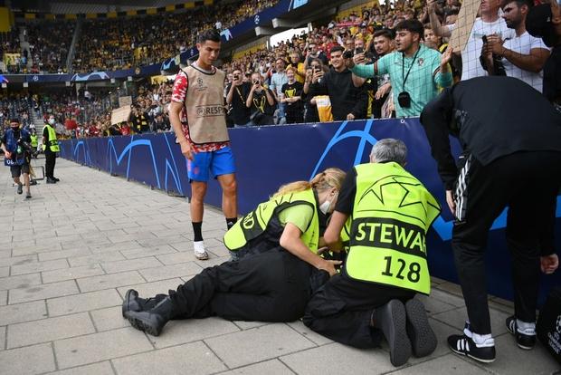 Ronaldo đá bóng trúng đầu khiến nhân viên an ninh nằm sân - Ảnh 4.