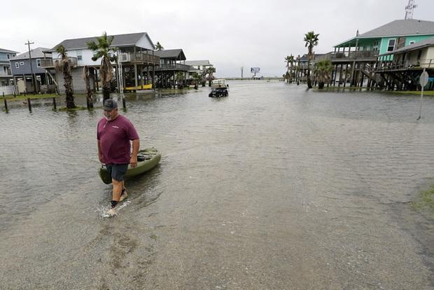 Mỹ: Bão Nicholas tấn công vùng duyên hải vịnh Mexico, mưa như trút nước gây ngập lụt, mất điện - Ảnh 4.