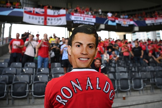 Fan Young Boys thi nhau mang biển xin áo Ronaldo  - Ảnh 4.