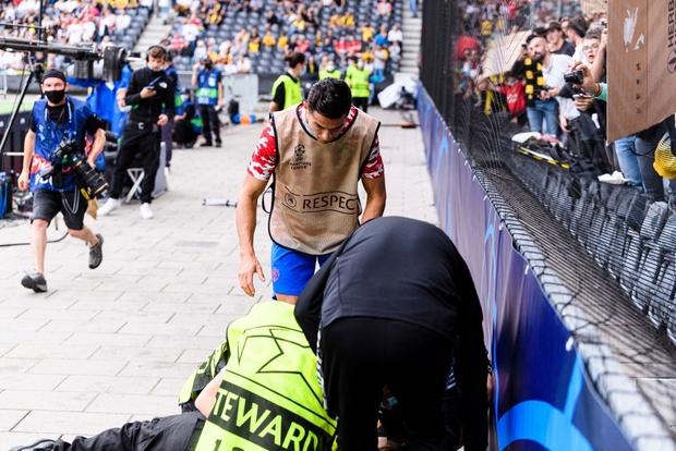 Ronaldo đá bóng trúng đầu khiến nhân viên an ninh nằm sân - Ảnh 5.