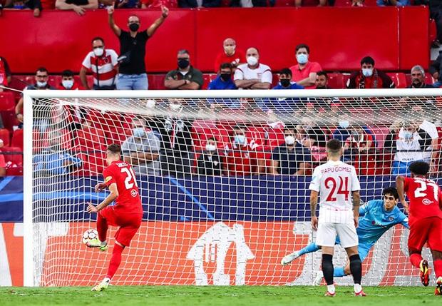Trận cầu kỳ lạ nhất lịch sử Champions League: kỷ lục 4 quả phạt đền chỉ trong hiệp một, 2 thẻ đỏ và 1 pha bỏ lỡ khó tin - Ảnh 5.