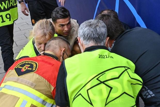 Ronaldo đá bóng trúng đầu khiến nhân viên an ninh nằm sân - Ảnh 6.