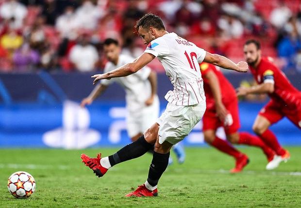 Trận cầu kỳ lạ nhất lịch sử Champions League: kỷ lục 4 quả phạt đền chỉ trong hiệp một, 2 thẻ đỏ và 1 pha bỏ lỡ khó tin - Ảnh 6.