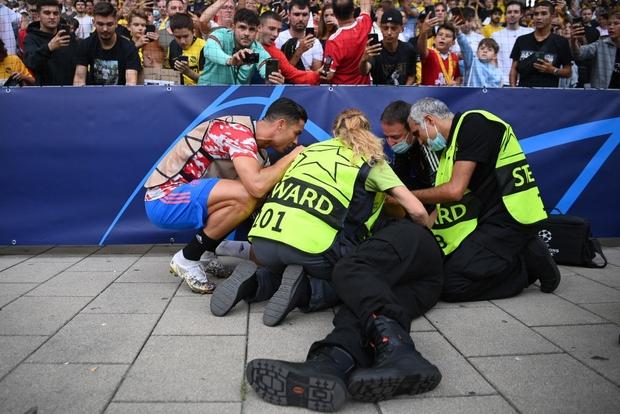 Ronaldo đá bóng trúng đầu khiến nhân viên an ninh nằm sân - Ảnh 7.