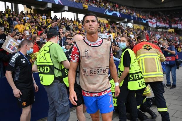 Ronaldo đá bóng trúng đầu khiến nhân viên an ninh nằm sân - Ảnh 9.