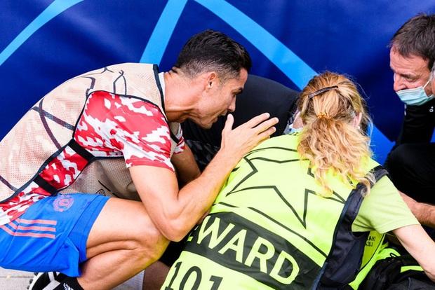 Nữ nhân viên an ninh sung sướng vì được tặng áo sau khi bị Ronaldo đá bóng trúng đầu - Ảnh 8.