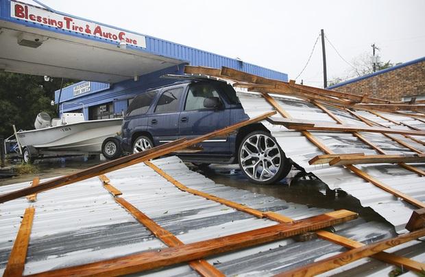 Mỹ: Bão Nicholas tấn công vùng duyên hải vịnh Mexico, mưa như trút nước gây ngập lụt, mất điện - Ảnh 10.