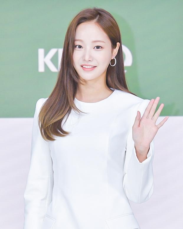 Yeonwoo (MOMOLAND) lộ diện lần đầu sau tin hẹn hò Lee Min Ho, chân dài nuột nà chặt đẹp cả mỹ nhân Điên Thì Có Sao - Ảnh 2.