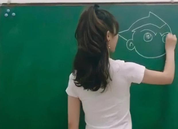 Cô giáo xinh như hotgirl đang giảng bài, nhưng ai cũng sốc nặng khi nhìn xuống chiếc quần cô đang mặc - Ảnh 1.