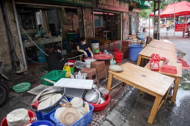 Hà Nội trong ngày đầu được bán đồ ăn mang về: Người dân bắt đầu xếp hàng chờ mua, nhiều hàng quán vẫn chưa có dấu hiệu mở cửa - Ảnh 2.