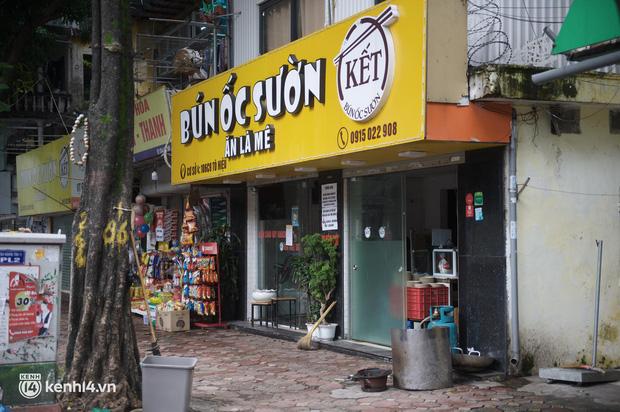 Hà Nội trong ngày đầu được bán đồ ăn mang về: Người dân bắt đầu xếp hàng chờ mua, nhiều hàng quán vẫn chưa có dấu hiệu mở cửa - Ảnh 3.