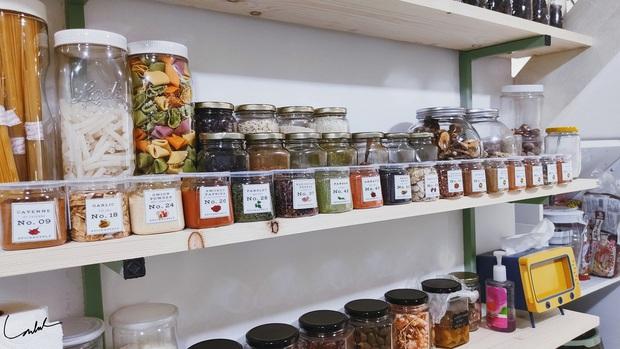Căn bếp gây sốt với tủ gia vị đồ sộ như siêu thị, nghe gia chủ giải thích lý do mới thấy độ khoa học - Ảnh 9.