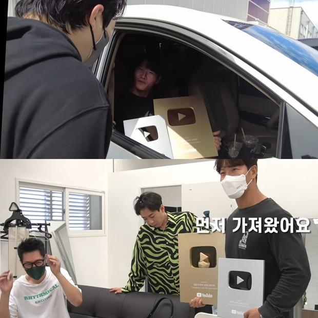 Jong Kook khoe nút Vàng, nút Bạc YouTube với hội Running Man nhưng chỉ Ji Hyo được hưởng đặc quyền - Ảnh 1.