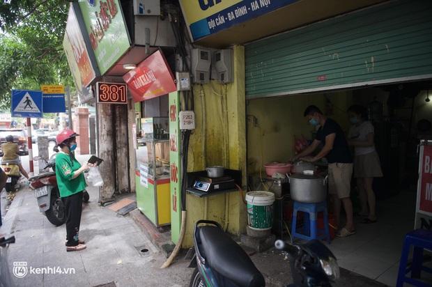 Hàng ăn Hà Nội sát giờ mở cửa: Chỉ mới lác đác vài quán, cảnh tượng vắng vẻ trái với tưởng tượng của dân tình - Ảnh 2.