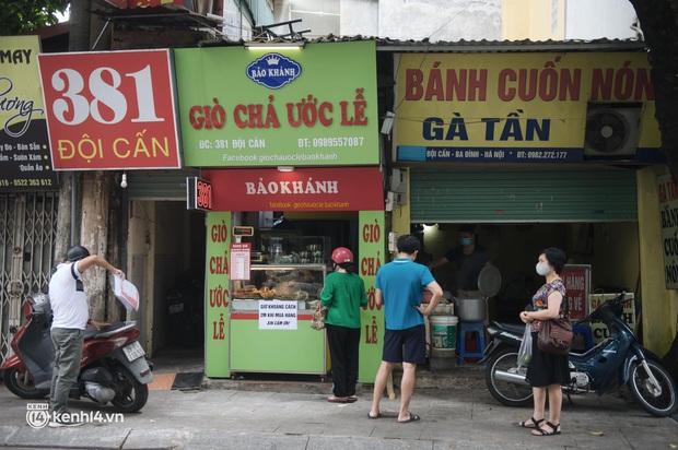 Hàng ăn Hà Nội sát giờ mở cửa: Chỉ mới lác đác vài quán, cảnh tượng vắng vẻ trái với tưởng tượng của dân tình - Ảnh 4.