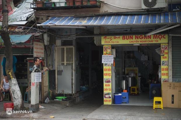 Hàng ăn Hà Nội sát giờ mở cửa: Chỉ mới lác đác vài quán, cảnh tượng vắng vẻ trái với tưởng tượng của dân tình - Ảnh 5.