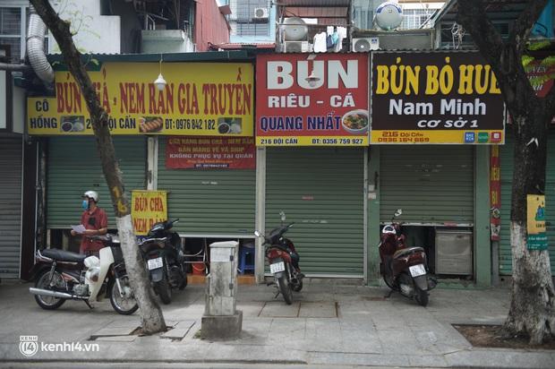 Hàng ăn Hà Nội sát giờ mở cửa: Chỉ mới lác đác vài quán, cảnh tượng vắng vẻ trái với tưởng tượng của dân tình - Ảnh 6.