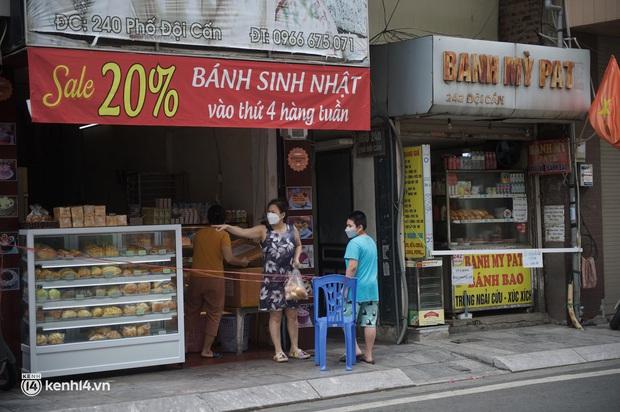Hàng ăn Hà Nội sát giờ mở cửa: Chỉ mới lác đác vài quán, cảnh tượng vắng vẻ trái với tưởng tượng của dân tình - Ảnh 7.