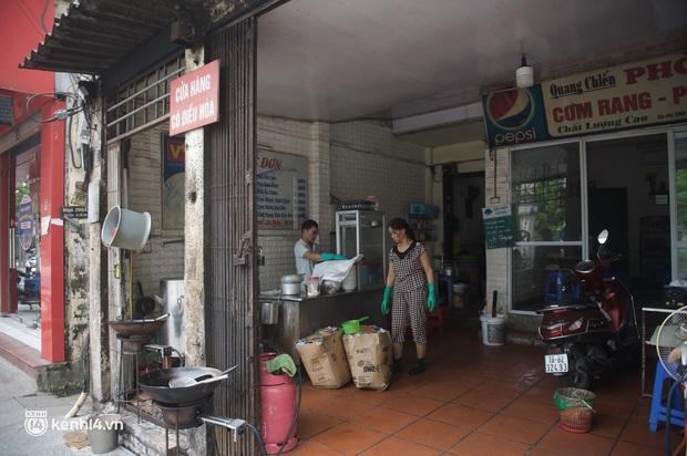 Hàng ăn Hà Nội sát giờ mở cửa: Chỉ mới lác đác vài quán, cảnh tượng vắng vẻ trái với tưởng tượng của dân tình - Ảnh 8.
