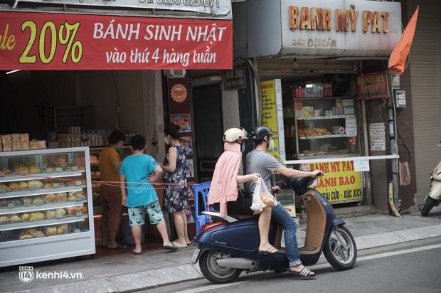 Hàng ăn Hà Nội sát giờ mở cửa: Chỉ mới lác đác vài quán, cảnh tượng vắng vẻ trái với tưởng tượng của dân tình - Ảnh 9.