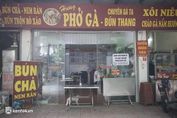 Hà Nội trong ngày đầu được bán đồ ăn mang về: Người dân bắt đầu xếp hàng chờ mua, nhiều hàng quán vẫn chưa có dấu hiệu mở cửa - Ảnh 4.