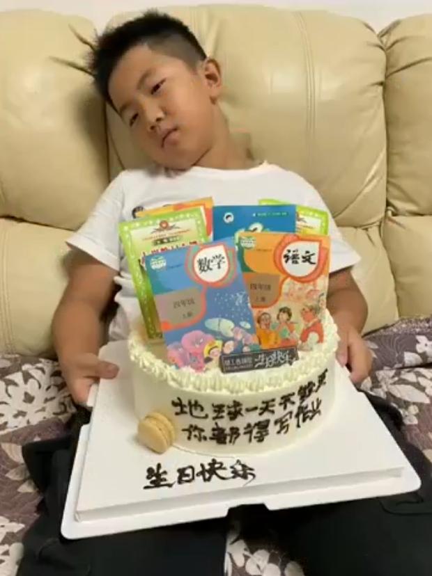Mẹ đặt bánh sinh nhật hình bộ sách giáo khoa để mong con học giỏi, biểu cảm của cậu bé không ngoài dự đoán... - Ảnh 3.