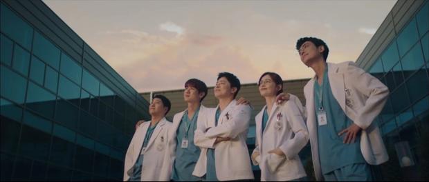 Hospital Playlist 2 TẬP CUỐI kết thúc viên mãn mà dang dở: Ik Jun - Song Hwa yêu nhau tới bến, đôi Bồ Câu vẫn mập mờ? - Ảnh 13.