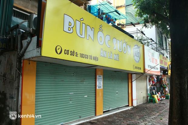 Hà Nội: Người tất bật dọn dẹp, nơi cửa đóng then cài trước thời điểm được mở cửa bán hàng trở lại - Ảnh 4.