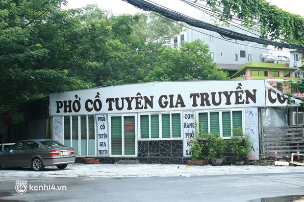 Hà Nội: Người tất bật dọn dẹp, nơi cửa đóng then cài trước thời điểm được mở cửa bán hàng trở lại - Ảnh 6.