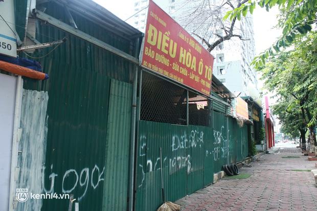 Hà Nội: Người tất bật dọn dẹp, nơi cửa đóng then cài trước thời điểm được mở cửa bán hàng trở lại - Ảnh 7.