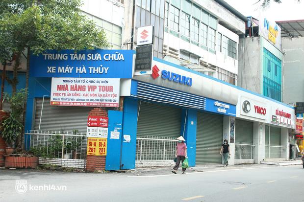 Hà Nội: Người tất bật dọn dẹp, nơi cửa đóng then cài trước thời điểm được mở cửa bán hàng trở lại - Ảnh 11.