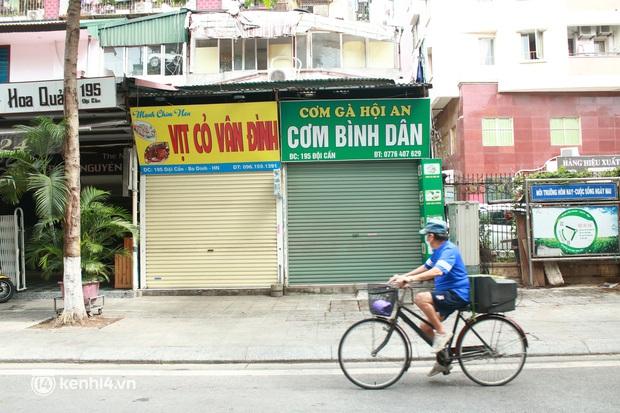Hà Nội: Người tất bật dọn dẹp, nơi cửa đóng then cài trước thời điểm được mở cửa bán hàng trở lại - Ảnh 10.