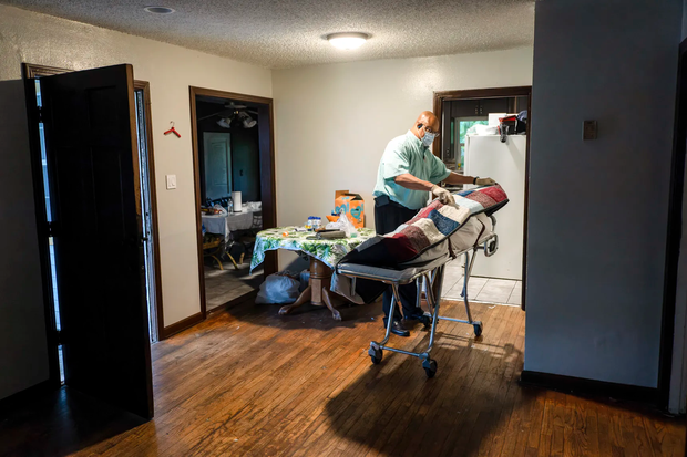 Bệnh viện từ chối bệnh nhân, người Mỹ lại chết ngạt giữa cơn bão biến chủng Covid (Delta) quá hung hãn - Ảnh 2.