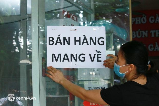 Hà Nội: Người tất bật dọn dẹp, nơi cửa đóng then cài trước thời điểm được mở cửa bán hàng trở lại - Ảnh 3.