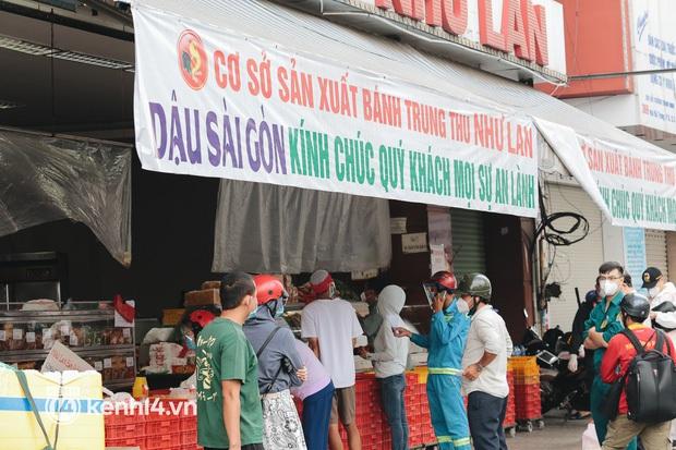 Toát mồ hôi với trải nghiệm đặt đồ ăn ở Sài Gòn lúc này: Quán xá hoạt động hạn chế, muốn có shipper thì phải ăn ở tốt lắm! - Ảnh 1.