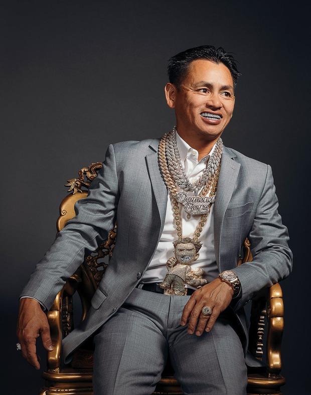 Triệu phú Johnny Đặng bất ngờ treo thưởng siêu xe 2 tỷ, 30.000 đô tiền mặt và răng kim cương: Chuyện gì đây? - Ảnh 1.