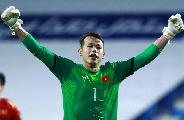 Đang chuẩn bị cho Vòng loại World Cup, ông chú Tấn Trường tranh thủ lên sóng cùng nữ streamer Gen Z - Ảnh 4.