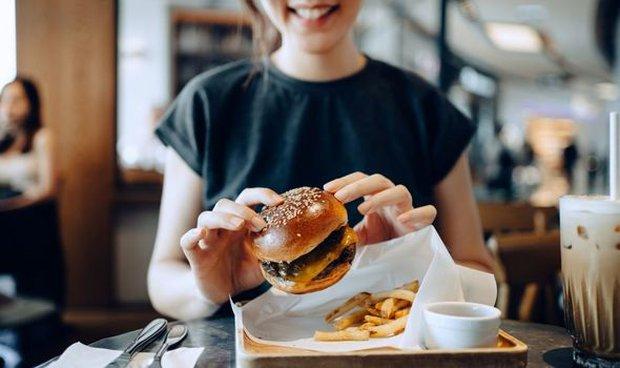 Nhai trúng xương khi ăn hamburger, người phụ nữ nhả ra, kinh hãi phát hiện vật thể ấy là... ngón tay người - Ảnh 2.