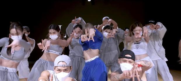 Lisa tung video tập vũ đạo: Biến hình siêu nhân xanh cực đỉnh, nhưng sự chú ý dồn cả vào chiếc mác lồ lộ gây mất tập trung - Ảnh 3.