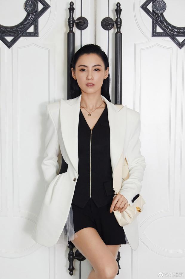Loạt ảnh táo bạo khi dự sự kiện của Trương Bá Chi bị đào lại, Cnet chỉ trích gái hư chỉ vì 1 chi tiết nhỏ ở rốn - Ảnh 7.