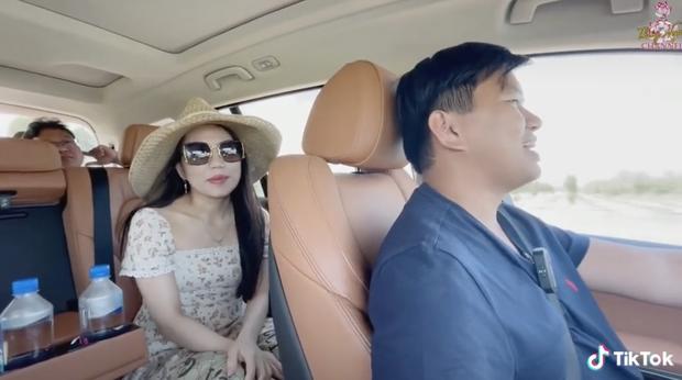 Triệu phú đô la Vương Phạm kể chuyện tình yêu, cầu hôn vợ bằng 1 câu: Cưới tui đi, tui tặng bà chiếc xe - Ảnh 4.