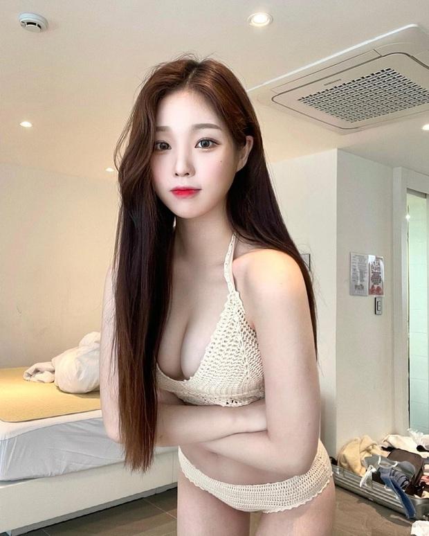 Trốn livestream đi du lịch, hot streamer diện bikini khoe vòng một cực quyến rũ khiến fan không thể rời mắt - Ảnh 1.