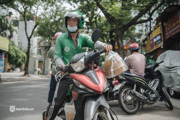 Hà Nội bắt đầu được giao đồ ăn trở lại: Shipper xếp hàng dài chờ mua trong khi khách gọi điện giục liên tục - Ảnh 3.