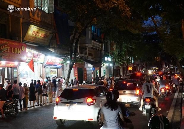 Hà Nội: Bảo Phương đóng cửa, người dân ùn ùn xếp hàng mua bánh trung thu ở các tiệm kế bên - Ảnh 1.