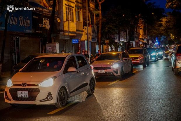 Hà Nội: Bảo Phương đóng cửa, người dân ùn ùn xếp hàng mua bánh trung thu ở các tiệm kế bên - Ảnh 4.