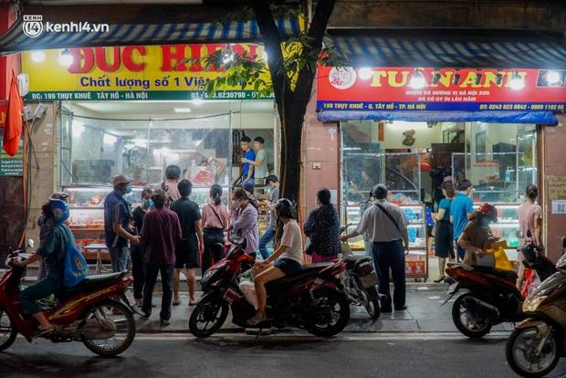 Hà Nội: Bảo Phương đóng cửa, người dân ùn ùn xếp hàng mua bánh trung thu ở các tiệm kế bên - Ảnh 7.