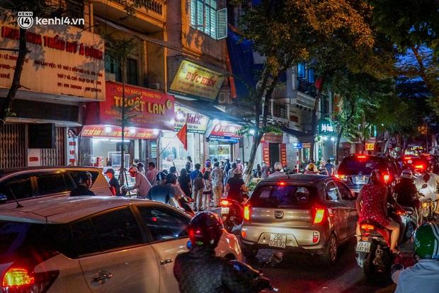 Hà Nội: Bảo Phương đóng cửa, người dân ùn ùn xếp hàng mua bánh trung thu ở các tiệm kế bên - Ảnh 9.
