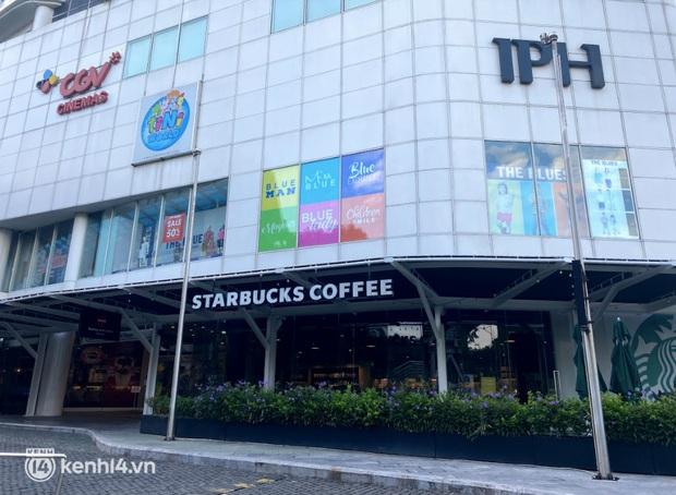 Dân tình nô nức kéo đến 5 store Starbucks Hà Nội mở cửa: Gần 2 tháng mới được check-in với cốc cà phê trên tay, tôi khóc! - Ảnh 1.