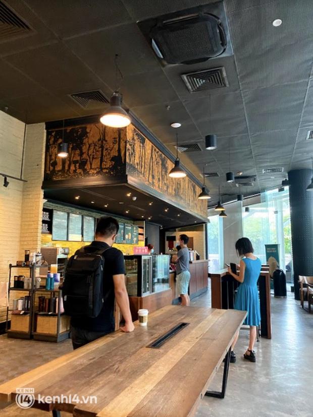 Dân tình nô nức kéo đến 5 store Starbucks Hà Nội mở cửa: Gần 2 tháng mới được check-in với cốc cà phê trên tay, tôi khóc! - Ảnh 4.