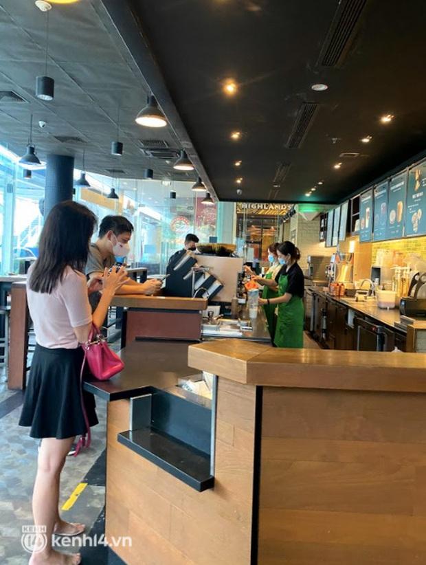 Dân tình nô nức kéo đến 5 store Starbucks Hà Nội mở cửa: Gần 2 tháng mới được check-in với cốc cà phê trên tay, tôi khóc! - Ảnh 3.